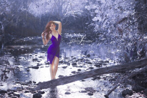 séance photo près de Pau par le photographe Fabien Ferrère. le modèle porte une robe bleue. Elle se tient au milieu d'un ruisseau