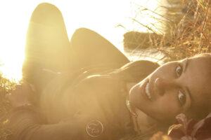Séance photo au bord du gave de Pau par le photographe de portrait Fabien Ferrère. Portrait au coucher du soleil