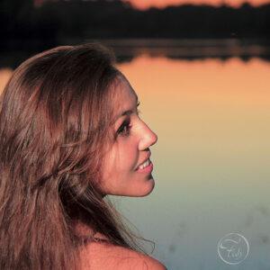 shooting portrait au coucher u soleil au bord d'un lac près du gave de Pau. séance photo du photographe de portrait Fabien Ferrère à Pau