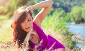 portrait lors d'une séance photo près de Pau par le photographe Fabien Ferrère. le modèle porte une robe violette