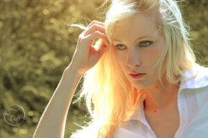 portrait d'une fille blonde vers Bizanos dans la banlieue de Pau avec Fabien Ferrère photographe de mode et de portrait Pau 64 et 40