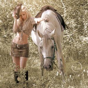 séance photo en extérieur fille blonde avec cheval blanc. avec Fabien Ferrère photographe Pau