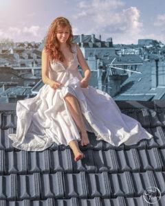séance Photo à Pau sur les toits de la ville par le photographe de portrait Fabien Ferrère. le modèle porte une longue robe blanche