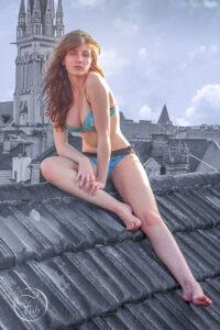 shooting glamour sur les toits de la ville de Pau par le photographe de mode et de portrait Fabien Ferrère. Séance photo maillot de bain en milieu urbain