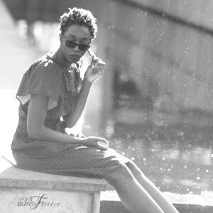 séance photo devant une fontaine de Pau lors d'un shooting en extérieur avec Fabien Ferrère photographe de mode et de portrait à Pau et aux alentours