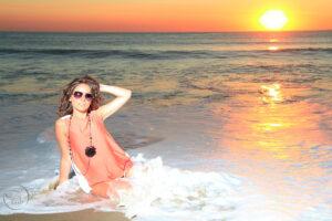 séance photo à la plage à Anglet au coucher du soleil dans l'océan Atlantique. Photographie de mode et de portrait glamour par Fabien Ferrère photographe Pau, 64 et 40