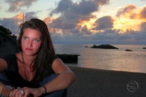 portrait d'une fille brune au yeux vert au coucher de soleil sur la plage de Biarritz par le photographe de mode et de portrait Fabien Ferrère