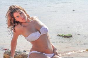 séance photo sexy en extérieur en maillot blanc sur la plage près de Biarritz avec Fabien Ferrère photographe de mode et de portrait à Pau et alentours